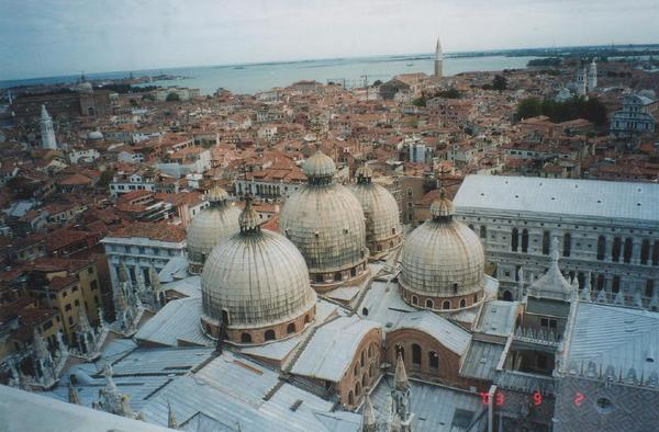 doru-2003-38The_five_domes_of_the_San_Marco_1000.JPG