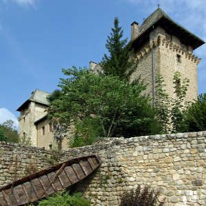 Entraygues-sur-Truyère Château with one of the old river boats