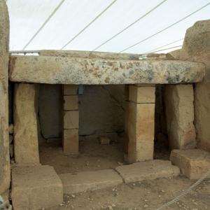 Mnajdra - 'altar' in central temple