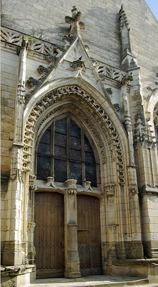 Église de Saint-Épain west door.png